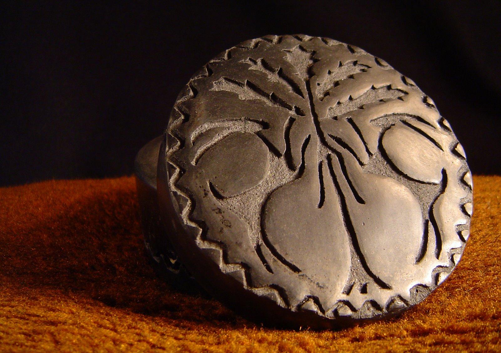 Rzeźbione pudełko ceramiczne