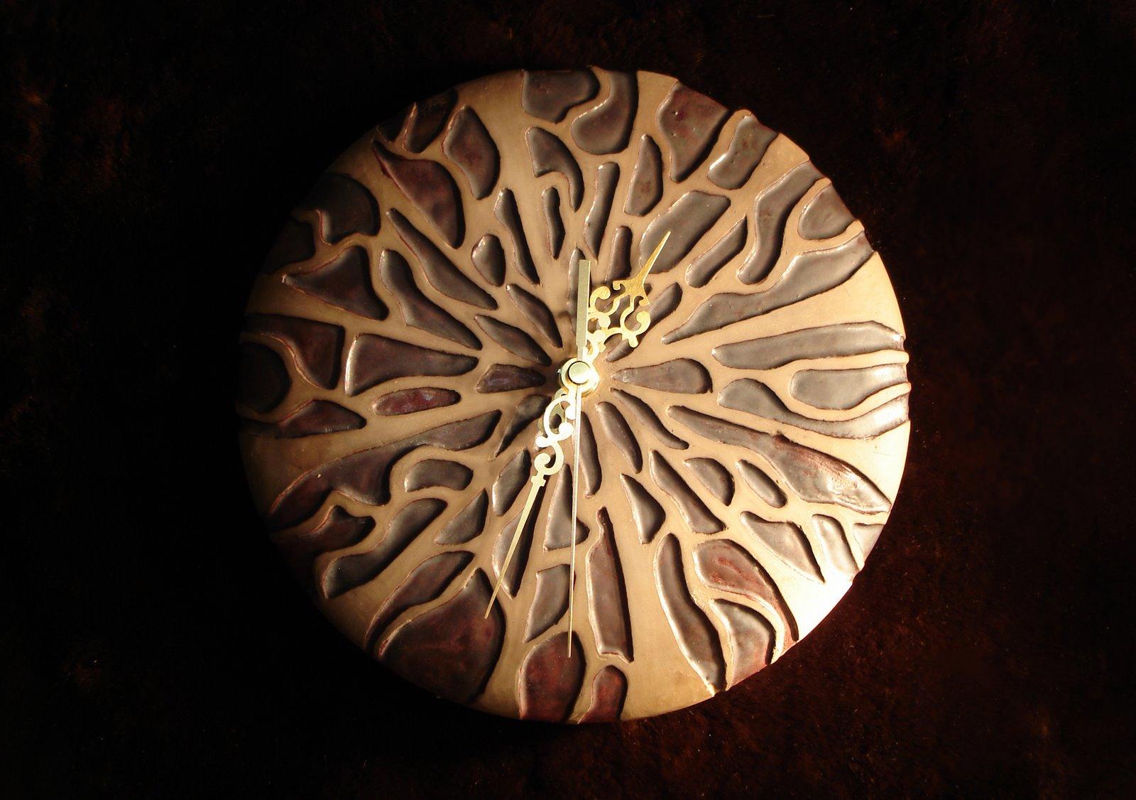 Ceramiczny zegar z reliefem