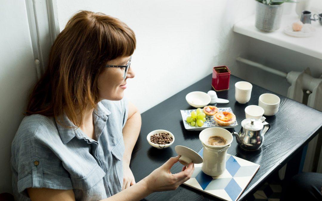 Slow coffee – czy spokojna kawa ma sens?