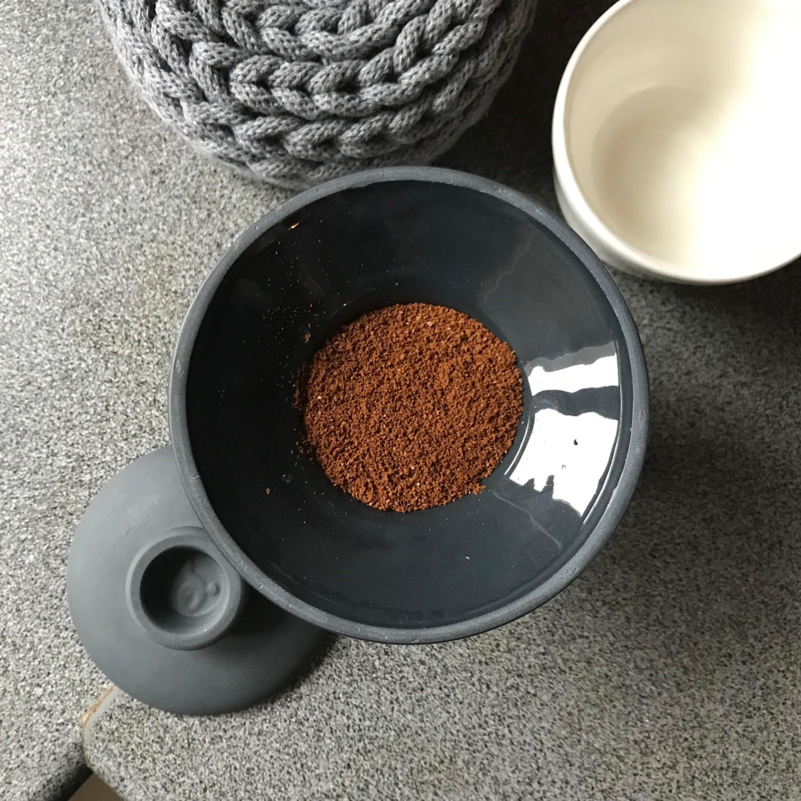 Parzenie kawy w czarnym Slowpresso