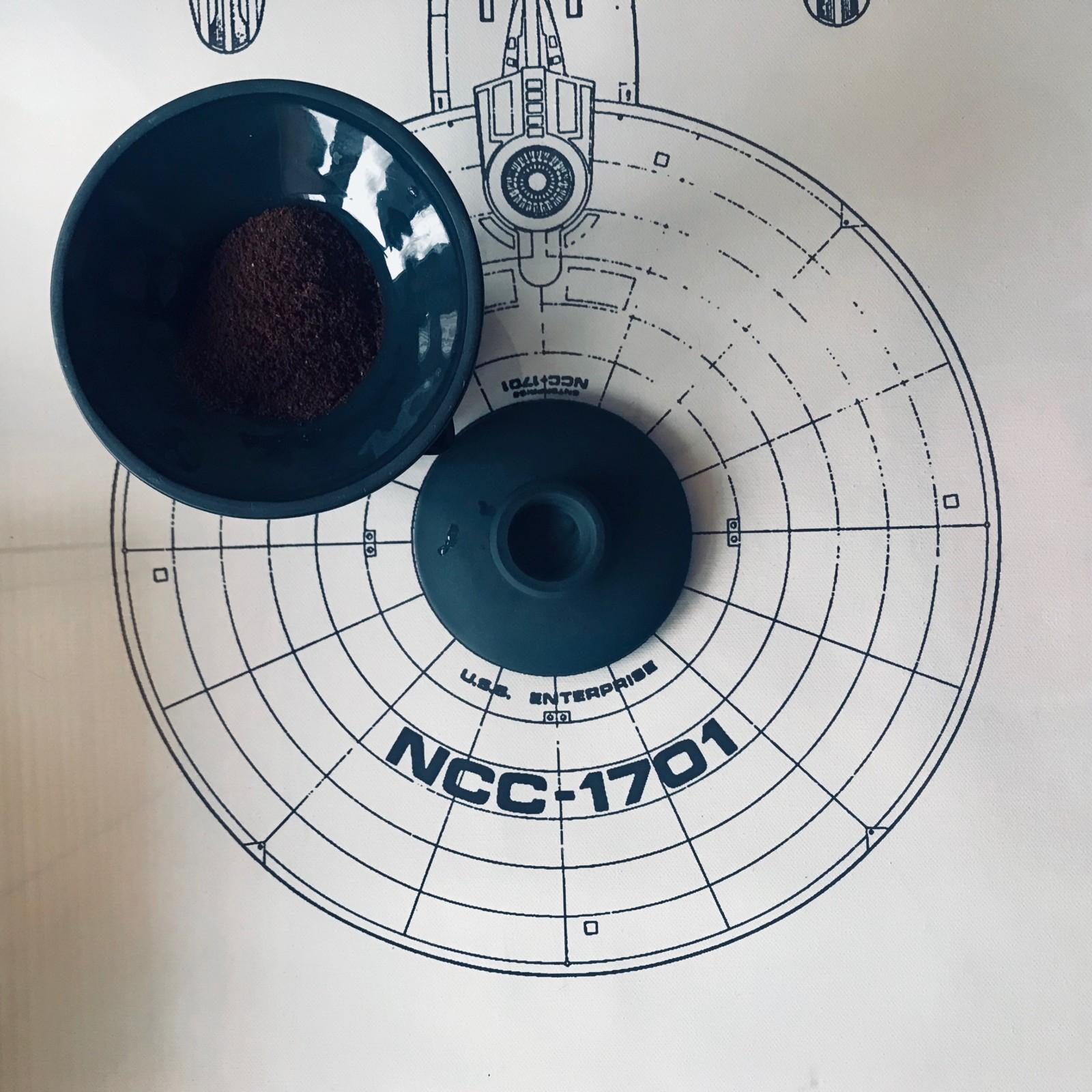 Naczynie z czarne porcelany leci w kosmos