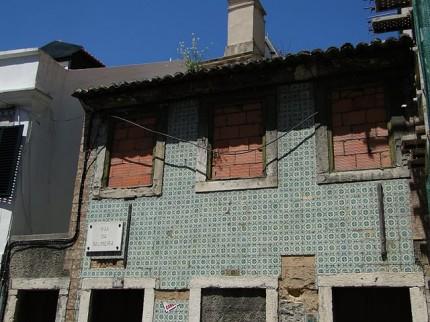 Zniszczony dom pokryty Azulejos