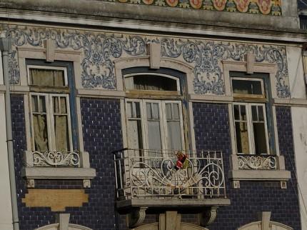 Kamienica zdobiona malowanymi płytkami
