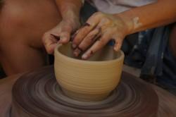 Toczenie na kole na plenerze ceramicznym